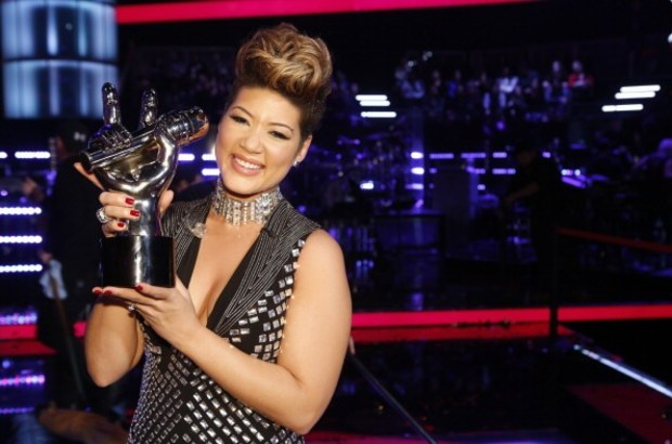 tessanne-chin-holds-the-voice-trophy
